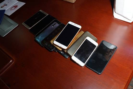 裁判员以及鸽友代表在集鸽前临时交出手机,防止信息走漏。