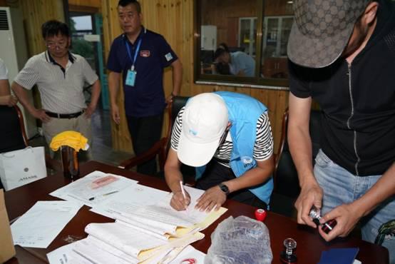裁判员在集鸽单上签字盖章