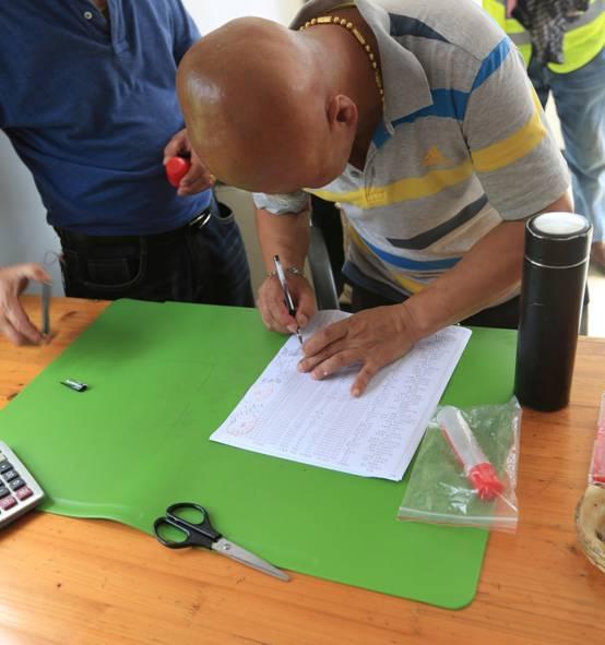 6、裁判员在集鸽单上面签字。.JPG